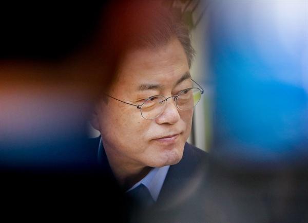 문재인 대통령이 지난 6일 오전 서울 강남구 선릉로 '디 캠프(D camp)'에서 열린 '제2벤처 붐 확산 전략 보고회' 사전 간담회에서 입주 벤처 기업 대표들의 건의를 듣고 있는 모습.