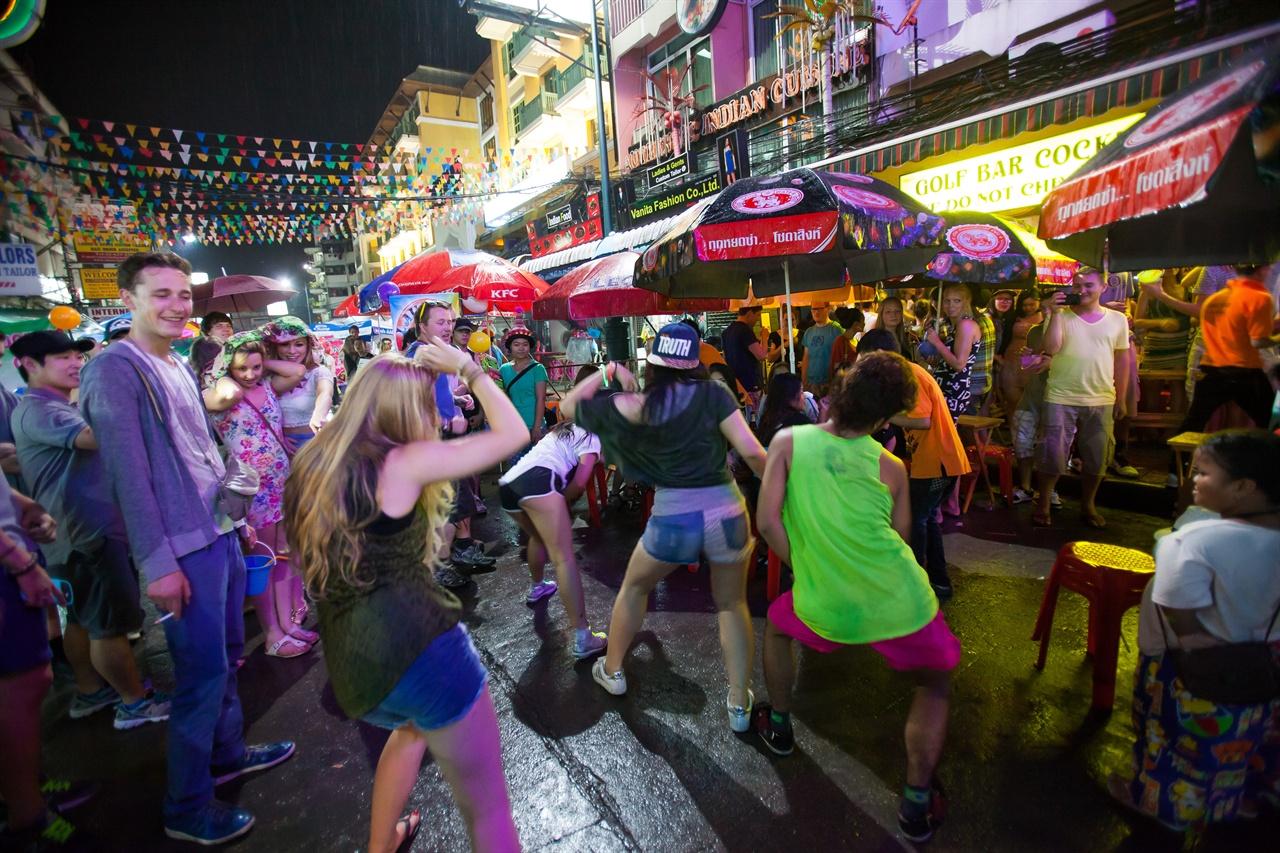 청춘이라는 무거운 존재가 주는 고민을 잠시 내려두고 낯선 도시에서의 즐거움을 만끽하는 여행자들.