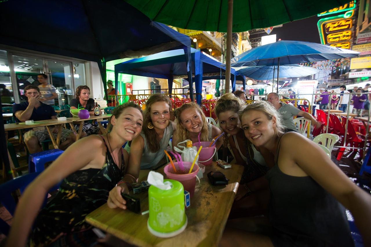 태국의 여행자 거리 '카오산 로드'에서 만난 청춘들. 그들이 뿜어내는 에너지가 눈부셨다.