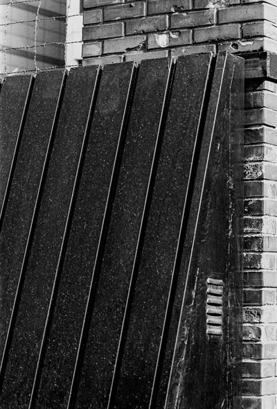 남영동 대공분실 정문에는 사람 키보다 높고 넓은 철문이 있다.