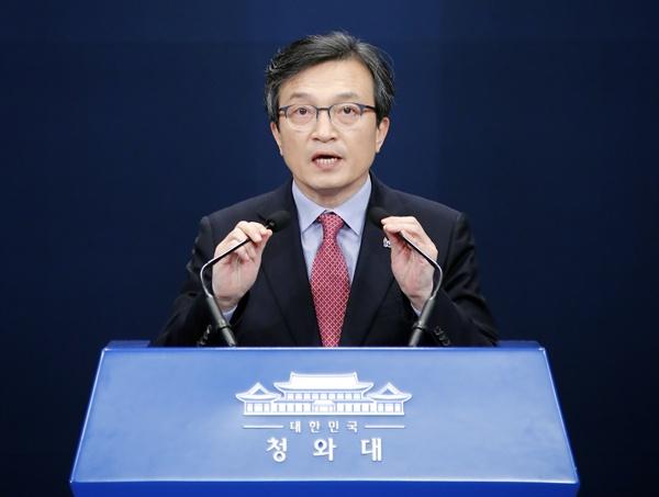 청와대 김의겸 대변인이 8일 오전 춘추관 대브리핑룸에서 7개 부처 장관을 교체하는 문재인 대통령의 인사 발표를 하고 있다.