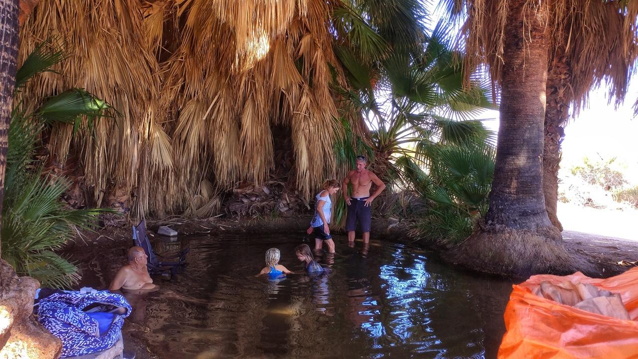 캐나다에서 온 4인 가족이다. 여자 아이들이 물에 들어오는 것을 겁내다가 호수 바닥으로 잠기는 모래 수렁을 보고 신기해하며 들어왔다. ?