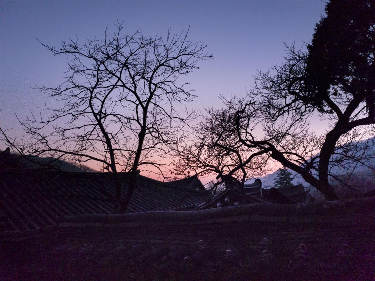 선암사의 새벽 풍경    조계산의 동쪽 하늘이 붉게 물들면서 아침해가 떠오른다.