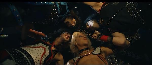 3월 공개 예정인 전기 영화 <더 더트>는 1980년대 인기 메탈 밴드 머틀리 크루의 이야기를 다뤘다.
