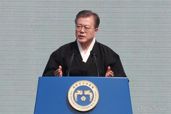 문재인 대통령 3.1절 100주년 기념사 문재인 대통령이 1일 오전 서울 광화문광장에서 열린 3.1절 100주년 기념식에서 기념사를 하고 있다.