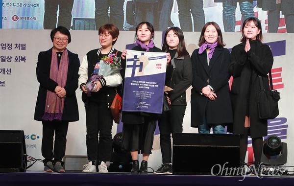 총여학생회 폐지 반대 단체, 성평등 디딤돌 수상자 8일 오후 서울 광화문광장에서 열리 '3.8 세계여성의 날 기념 제35회 한국여성대회'에서 대학 내 페미니즘 백래시에 맞서 총여학생회 폐지 반대와 재건을 위해 싸우는 단체들이 '성평등 디딤돌'을 수상했다.