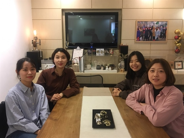'대학에서 싸우는 여자들' 프로젝트 팀. 김아현 대표(왼쪽 두 번째) 이재정 간사(오른쪽 첫 번째)