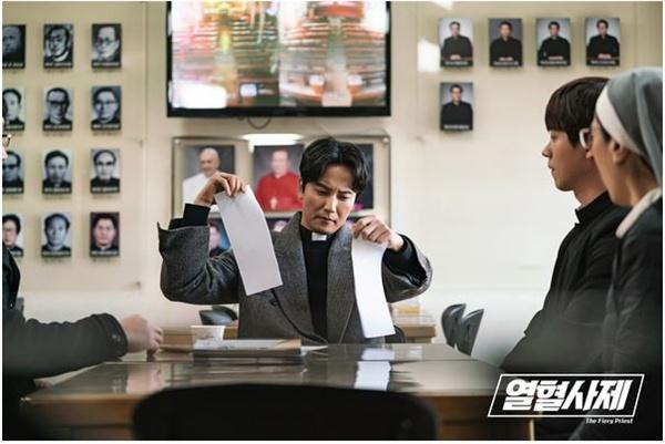 SBS 금토드라마 <열혈사제>의 한 장면.
