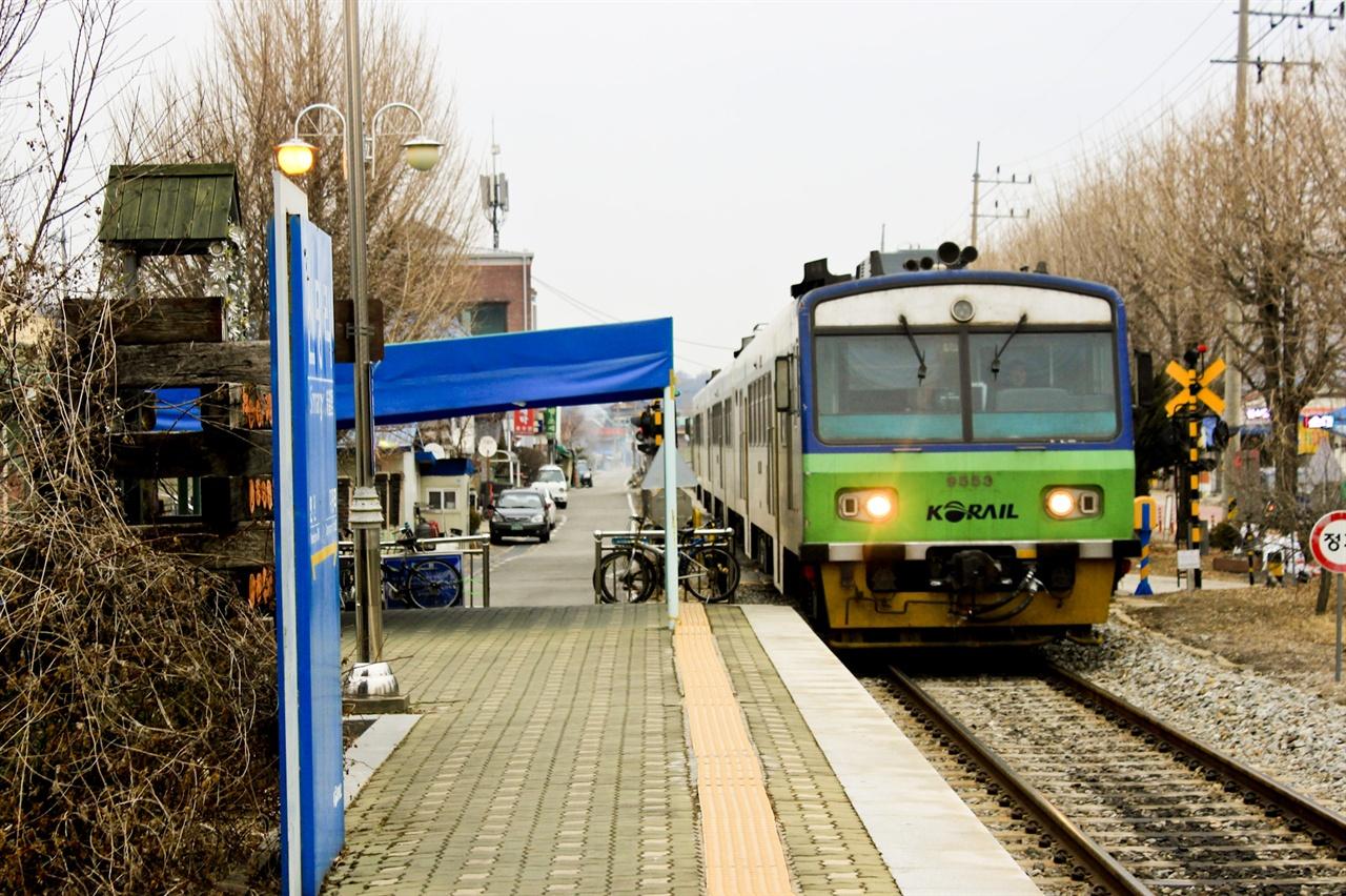 경원선 간이역인 신망리역에 통근 열차가 들어오고 있다.