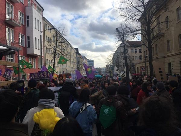 베를린 여성감옥 앞에서 시작된 시위 베를린 외국인 여성들 중심으로 조직된 시위이다.