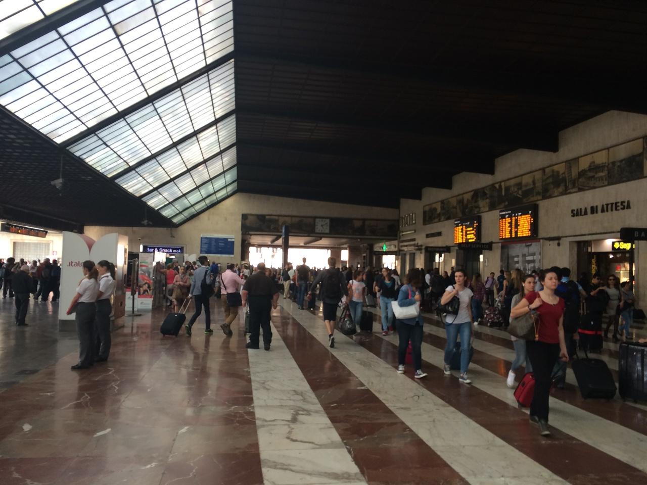 피렌체 산타 마리아 노벨라 기차역(2014년 6월 16일)    다섯 번에 걸친 피렌체 여행의 시작이었다. 기차역은 여행자에게 기대와 설렘, 그리고 약간의 불안감이 공존하는 곳이다.