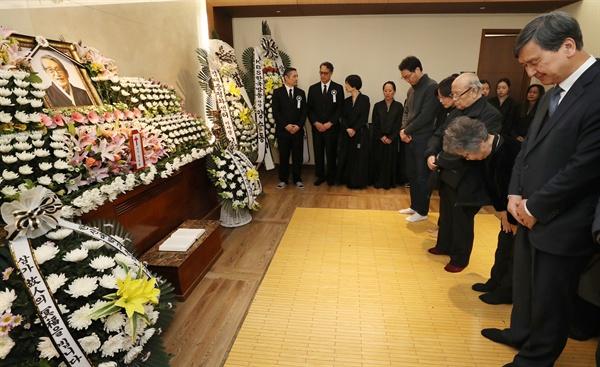 10일 오후 문동환 목사의 빈소가 차려진 서울 서대문구 세브란스병원 장례식장에 조문객들의 발길이 이어지고 있다.