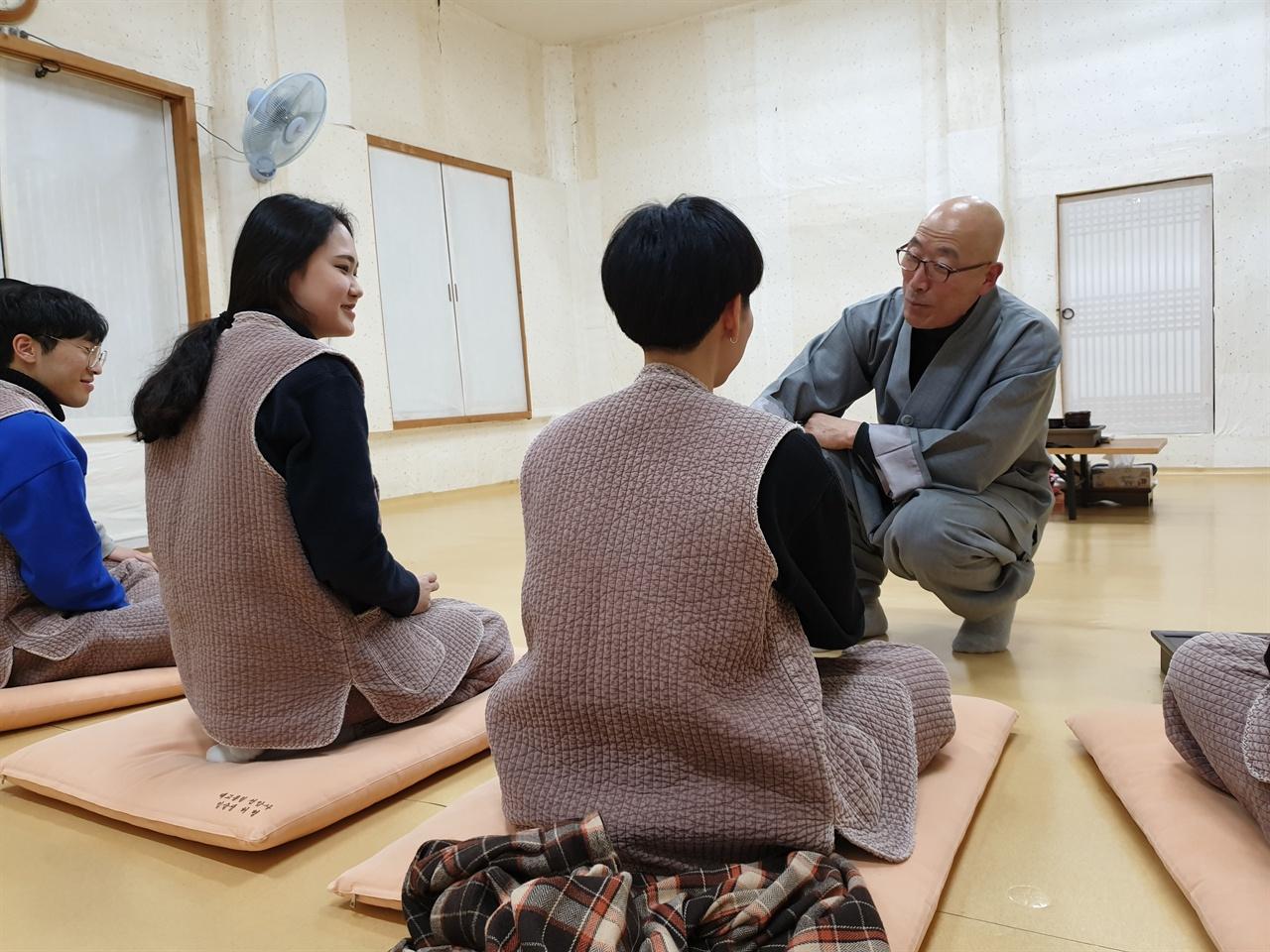 선암사 차담 시간      오후 6시 30분부터 심검당에서 진행되는 스님과의 차담시간.