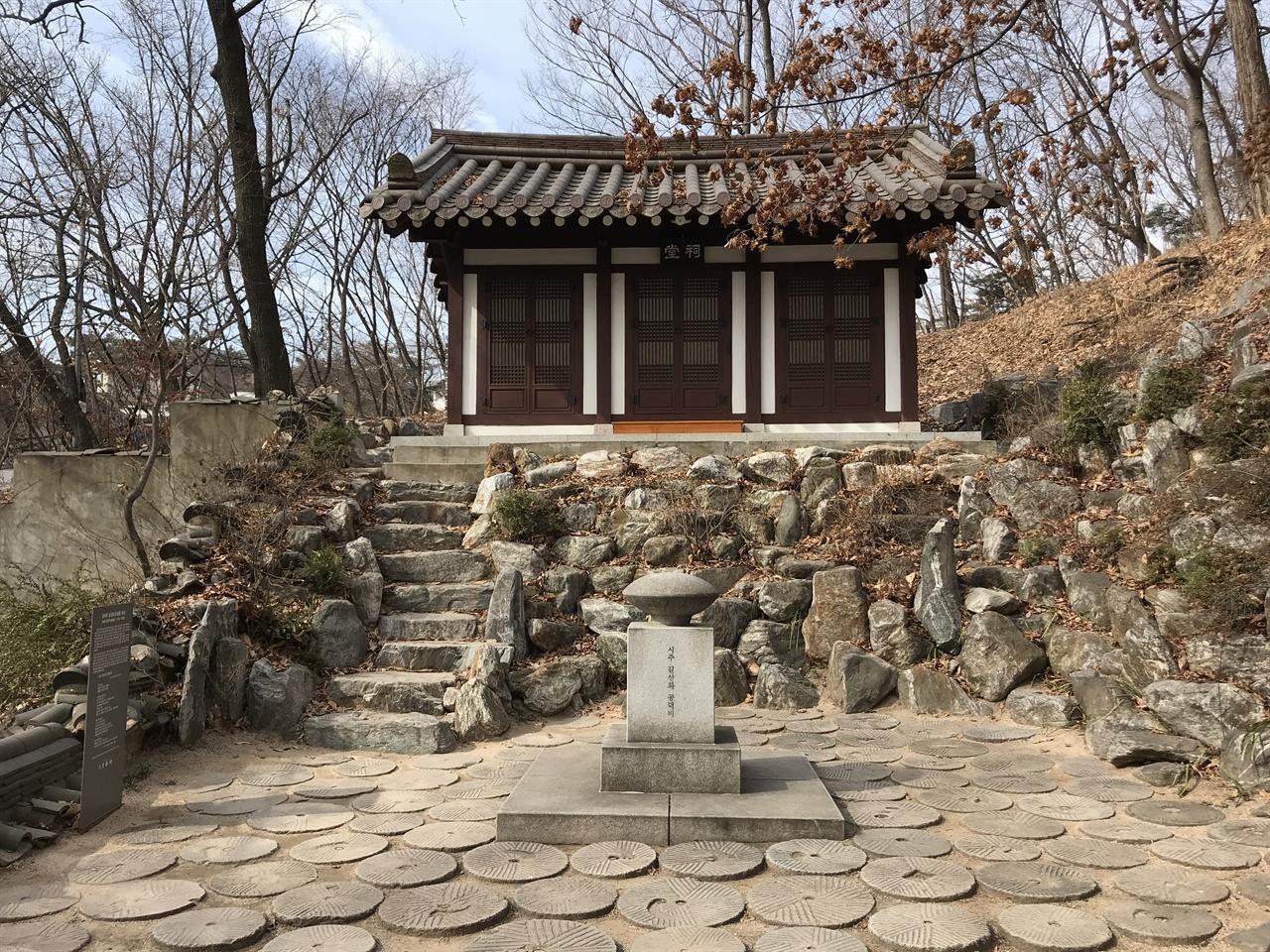 길상화 공덕비 유언 대로 자야 김영한의 유골은 길상사에 뿌려졌다. 그녀의 유골이 뿌려진 곳에 공덕비를 세웠다.