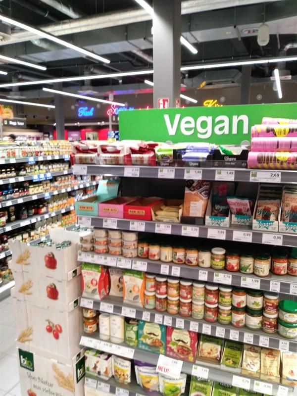 마트의 비건 전용 판매대 독일에선 어딜 가든 채식주의자들을 위한 코너가 마련되어 있다. 식당 메뉴판에도 채식주의자들이 선택할 수 있는 메뉴가 다양하게 구비되어 있어, 채식주의자로서 여행이 조금도 불편하지 않았다.