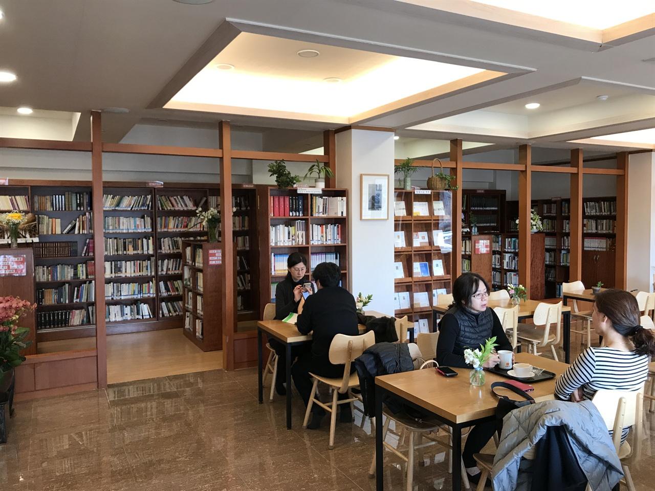 길상사 다라니다원 법정 스님은 길상사에 대중을 위한 도서관을 세웠다. 그 도서관이 '길상도서관'이다. 길상도서관은 복합문화공간 '다라니다원'으로 이름을 바꾼다.