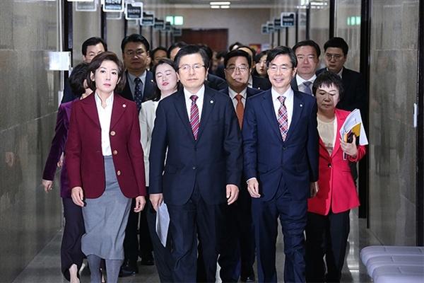 3월 7일 오전 자유한국당 지도부가 서울 여의도 국회 회의실에서 열리는 황교안 당 대표 주재 최고위원회의를 위해 걸어가고 있는 모습.
