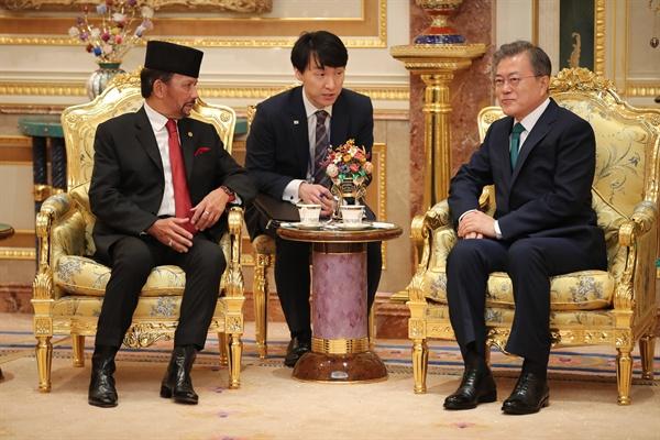 브루나이를 국빈 방문 중인 문재인 대통령이 11일 오전 브루나이 왕궁에서 하사날 볼키아 국왕과 환담하고 있다.