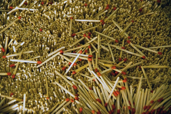 성광성냥이 2013년 11월 조업을 중지하면서 59년 동안의 성냥 생산이 종지부를 찍었다. 빈 공장에 남아 있는 생산의 흔적인 성냥개비.