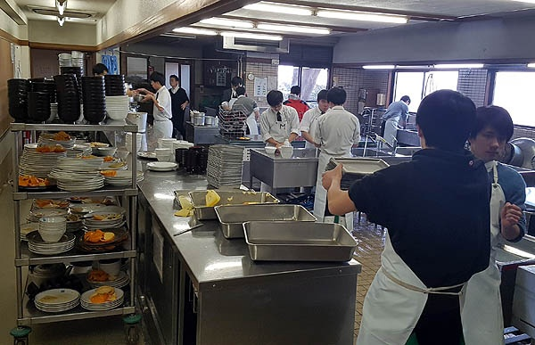 자유학원 학생들이 점심식사후 자신들의 식기를 설거지하고 있다.