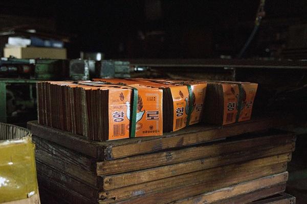 빈 성냥갑만 남기고 공장은 문을 닫았다. 멈춘 기계 설비 위에 성냥갑만 빼곡하게 남았다.