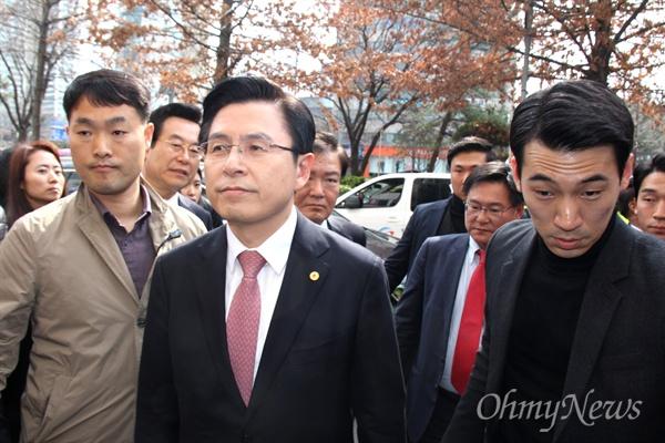 황교안 자유한국당 대표가 경남도당사에서 현장최고위원회의를 열기 위해 들어가고 있다.