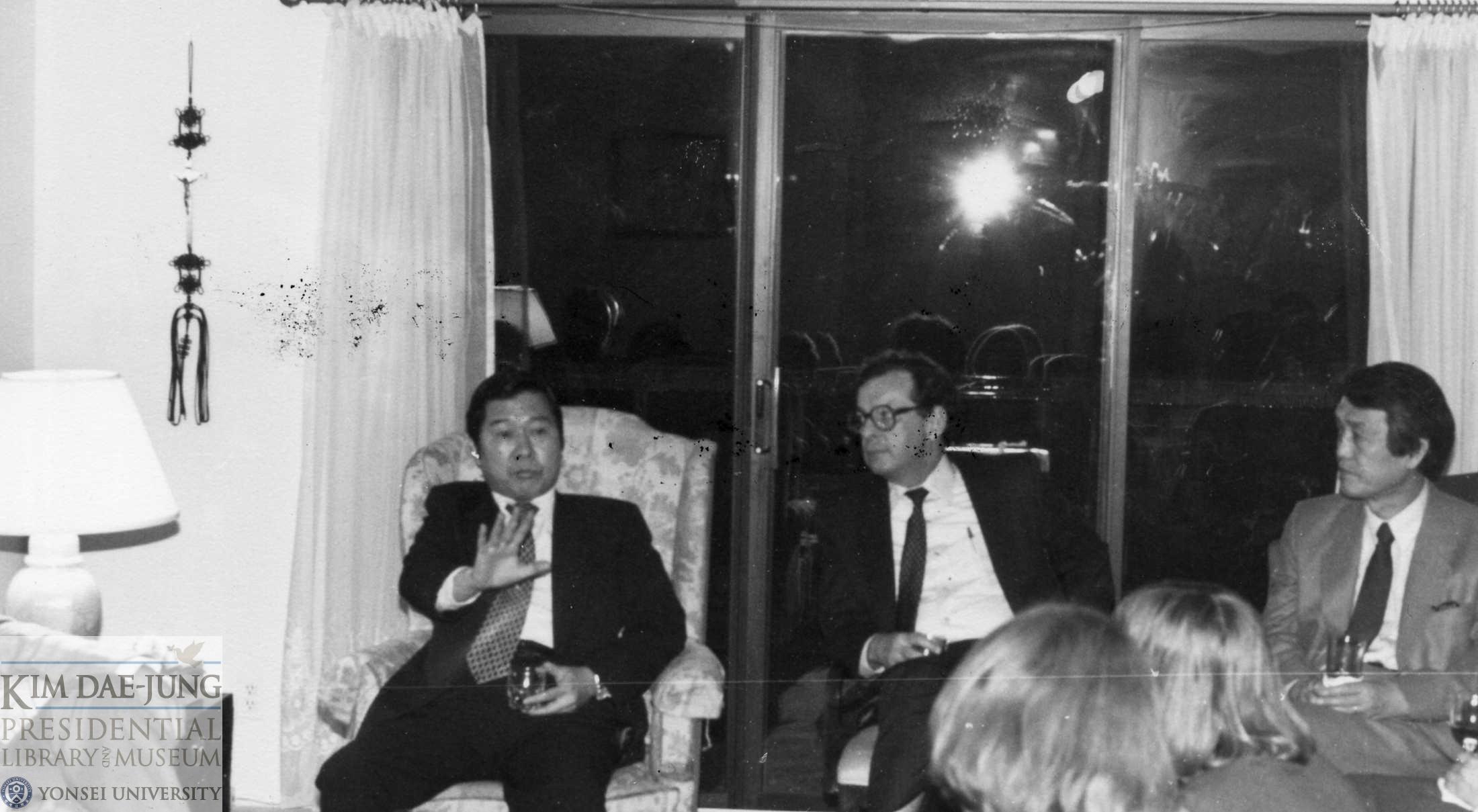 1983년~1984년 김대중의 2차 미국 망명시기, 대화를 나누는 김대중과 문동환.