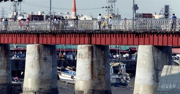 소래포구와 월곶포구를 걸어서 오갈 수 있는 옛 수인선 철로.