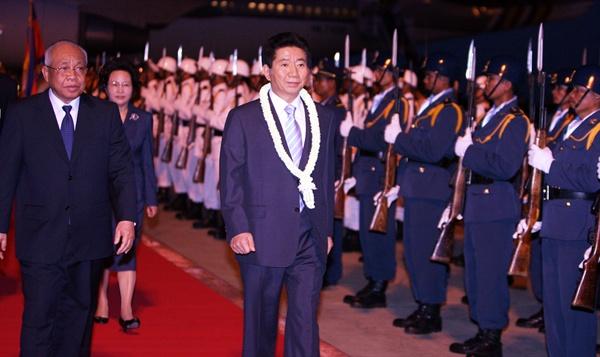 2006년 11월 19일 노무현 대통령과 캄보디아 체아 심 국가원수 대행이 19일 저녁 프놈펜 공항에서 의장대를 사열하고 있다.