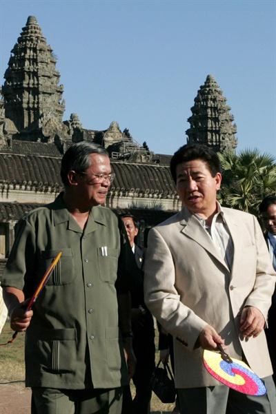 노무현 대통령 내외가 훈센 총리 내외의 안내로 2006년 11월 21일 캄보디아 시엠립에 있는 세계문화유산인 앙코르 와트를 관람하며 대화를 나누고 있다.