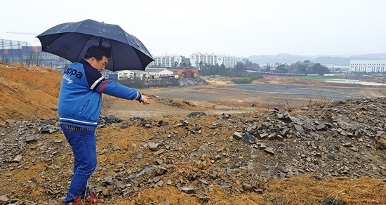 ▲ 경남시민문화네트워크 조현근 사무국장이 '사천 사직단'으로 추정되는 사주리 174번지를 둘러보고 있다.