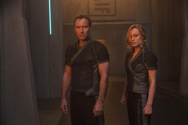 영화 <캡틴 마블>의 스틸컷. 크리족 특공대 스타 포스 소속의 비어스(브리 라슨)는 상관 욘-로그(주드 로)에게 교묘하게 통제당하고 있다