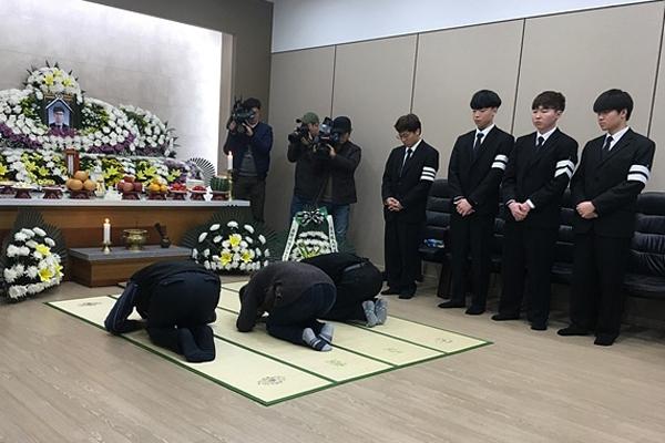 2월 14일 폭발사고로 사망한 3명의 한화 노동자가 모셔진 대전 장례식장에 고 김용균 부모님이 방문해 조문하고 있다