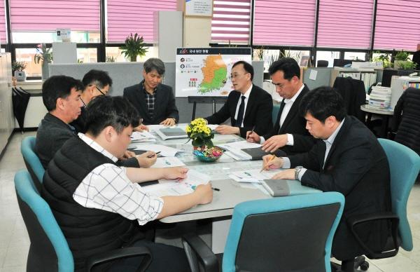 울산 중구청 한영필 기획예산실장과 4개 구 담당계장들이 3월 12일 중구청 3층 기획예산실에서 원전 관련 불합리한 제도와 규제개혁에 공동대응하기 위한 실무협의회를 열고 있다.