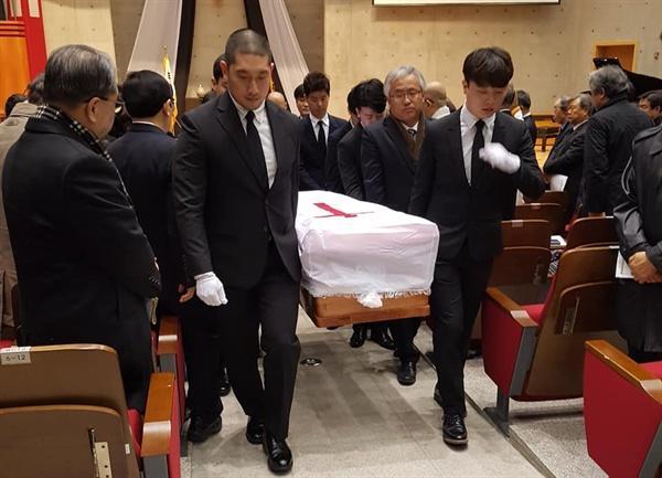 세브란스병원 장례식장에서 운구위원들이 고 문동환 목사의 관을 운구하고 있다.