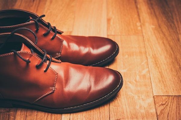 아빠는 양복을 입고 구두를 신고 외출할 때면 신발을 끌지 않았다.