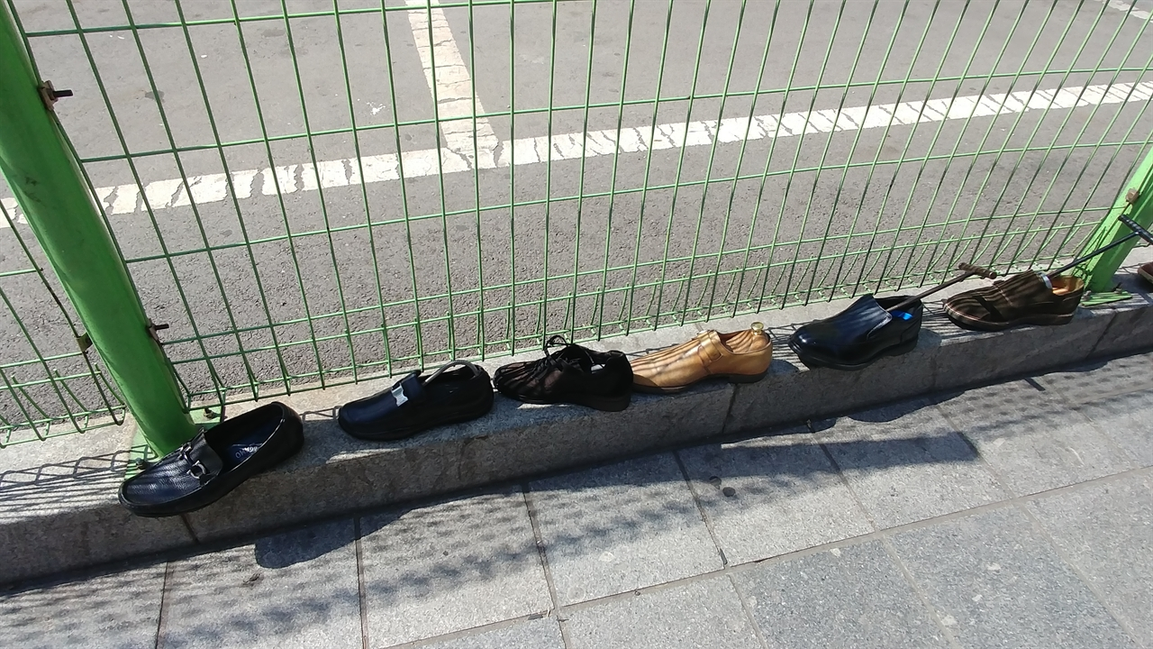 구두수선집 앞에 놓인 신발들. 어디에도 아빠 운동화 같은 건 보이지 않는다.