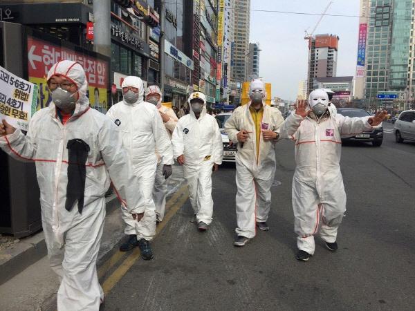 3월 9일 울산지역 시민사회단체 등 57개 단체가 남구 삼산동에서 후쿠시마 8주기 울산시민 탈핵대회 후 탈핵행진을 하고 있다.