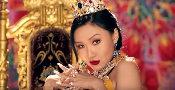 화사 '멍청이' 뮤직비디오의 한 장면.