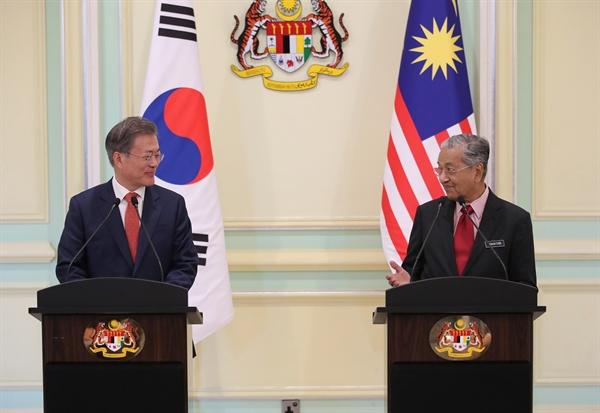 말레이시아를 국빈 방문 중인 문재인 대통령과 마하티르 모하맛 말레이시아 총리가 13일 오후(현지시각) 푸트라자야 총리 궁에서 열린 공동언론발표에서 양국 정상회담 결과를 설명하고 있다.