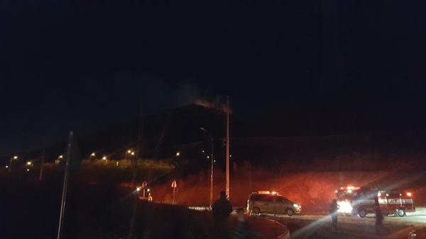 3월 13일 밤, 창원 장복산 줄기 능선 꼭대기에 불이 발생해 119대원과 공무원들이 출동했다.