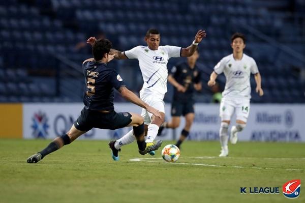 2019년 3월 13일 태국 부리람 스타디움에서 열린 AFC 챔피언스리그 G조 조별예선 2차전 부리람 유나이티드와 전북 현대의 경기. 전북의 로페즈가 볼을 경합하고 있다.