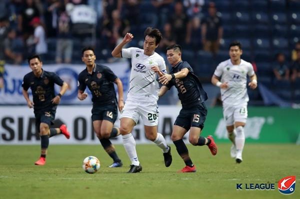 2019년 3월 13일 태국 부리람 스타디움에서 열린 AFC 챔피언스리그 G조 조별예선 2차전 부리람 유나이티드와 전북 현대의 경기. 전북의 이동국이 부리람 수비진을 상대로 볼을 경합하고 있다.