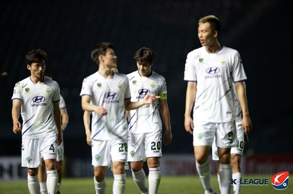 2019년 3월 13일 태국 부리람 스타디움에서 열린 AFC 챔피언스리그 G조 조별예선 2차전 부리람 유나이티드와 전북 현대의 경기. 전북의 김신욱(오른쪽) 등 선수들이 패배에 아쉬워하고 있다.