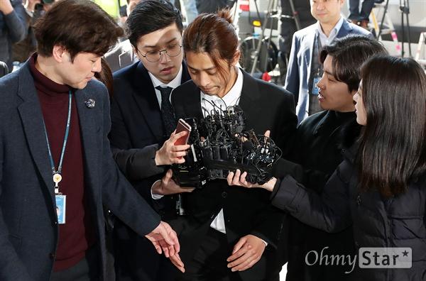 정준영, 광수대 출석 불법동영상 촬영 및 유포 혐의와 관련 가수 정준영이 14일 오전 서울경찰청 광역수사대에서 기자들의 질문을 받으며 출석하고 있다.