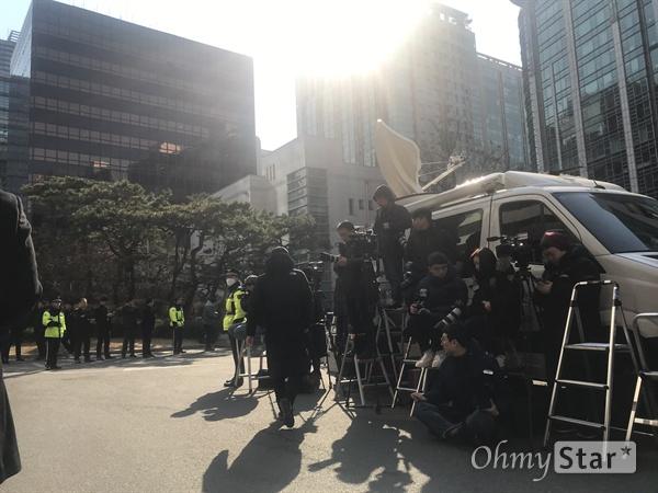 14일 오전 정준영, 승리 등의 출석을 취재하기 위해 서울 광역수사대에 몰린 취재진들.