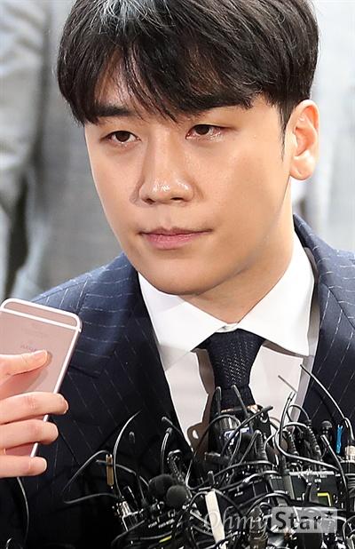 승리, 피의자 신분으로 성접대 의혹과 관련, 가수 승리가 14일 오후 서울경찰청 광역수사대에 출석하고 있다.