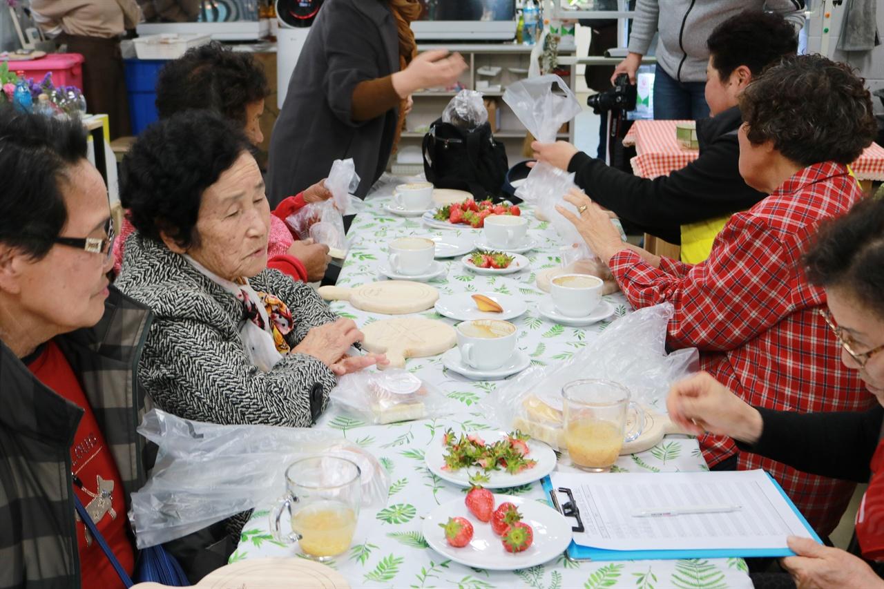 학생들이 준비한 다과와 선물 학생들이 직접 만든 차와 천연비누, 그리고 김인혁 씨앗가꿈이가 전해준 냄비 나무받침