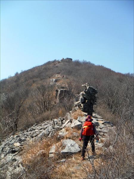 적대봉 정상으로 오르며. 거친 돌들이 깔려 있으나 햇빛 부스러기 곱게 내려앉은 정겨운 길이었다.