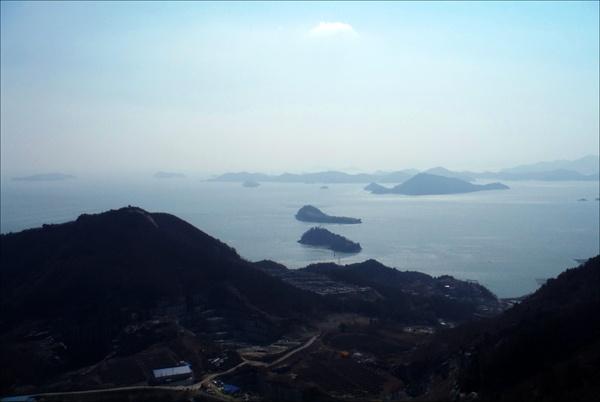 고흥 거금도 용두봉에서 바라본 바다 풍경. 신발 두 짝처럼 바다에 떠 있는 두 개의 섬 모습이 참 예쁘디예쁘다.
